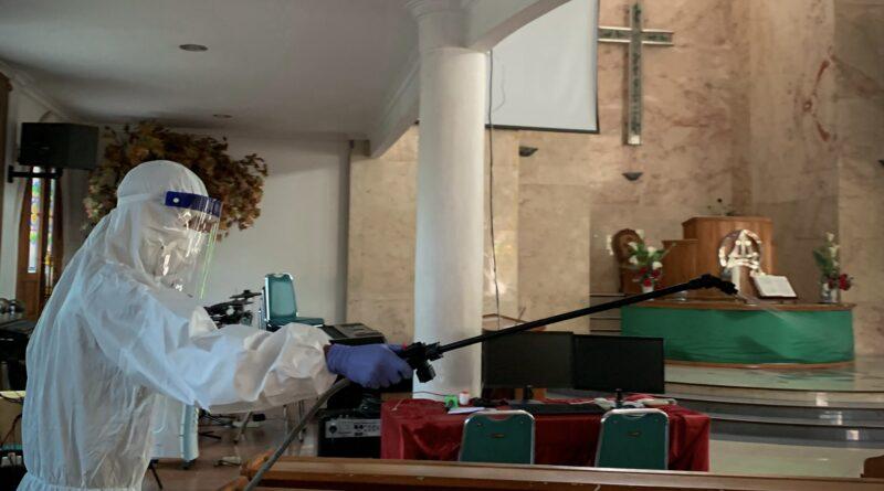 Cegah Covid-19, GUSDURian Karawang Lakukan Penyemprotan Rumah Ibadah